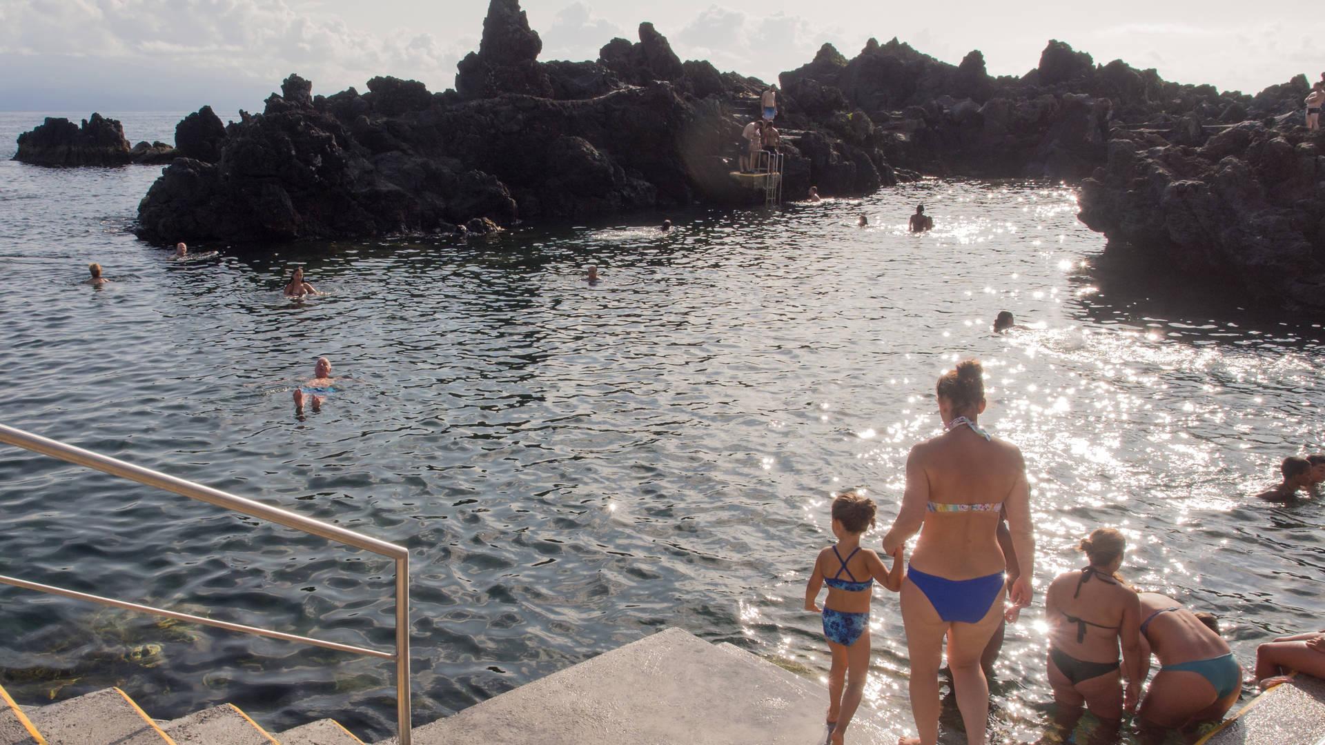 Gezin zwemmen Azoren
