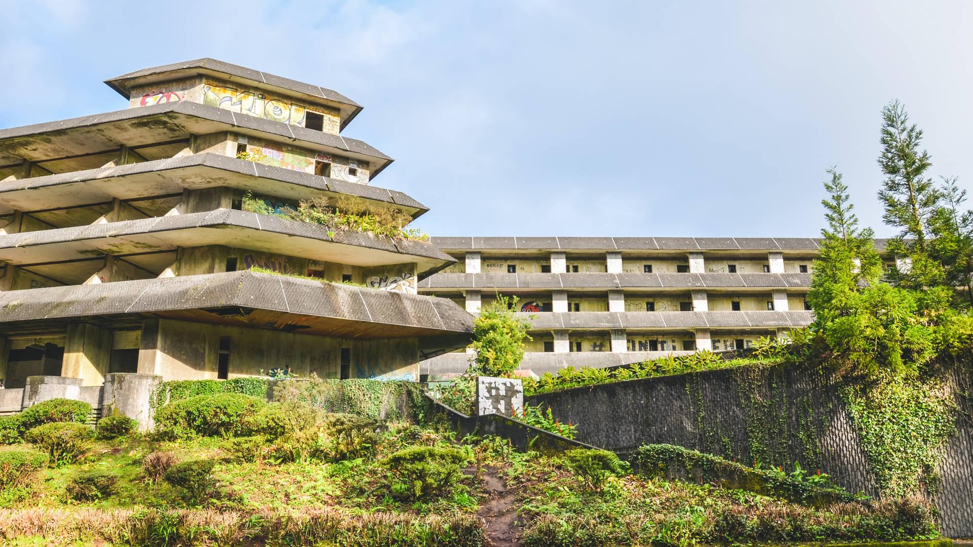 Deze afbeelding heeft een leeg alt-attribuut; de bestandsnaam is Azoren---Sao-Miguel---Sete-cidades---verlaten-hotel---hotel---groen.jpg