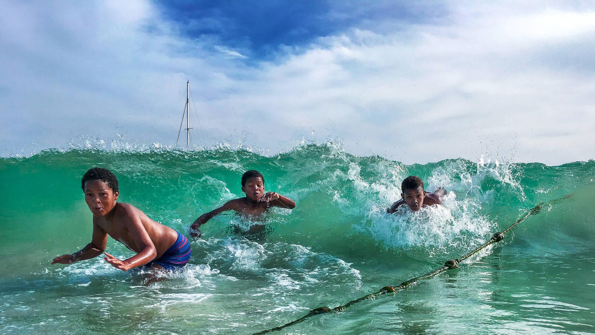 kaapverdie kinderen zwemmen in water